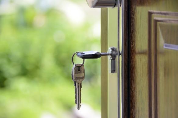 Pixabay-KeyInDoor-house-1407562_1920